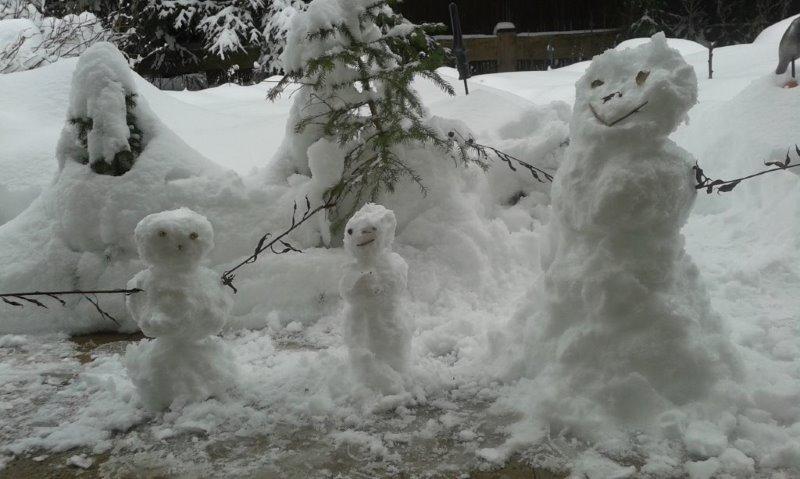 Drei Schneemänner vor unserer Tür.