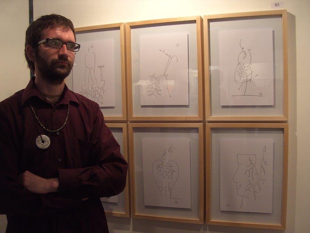 Ricc vor seinen Zeichnungen